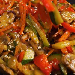 Овощи на сковороде в азиатском стиле